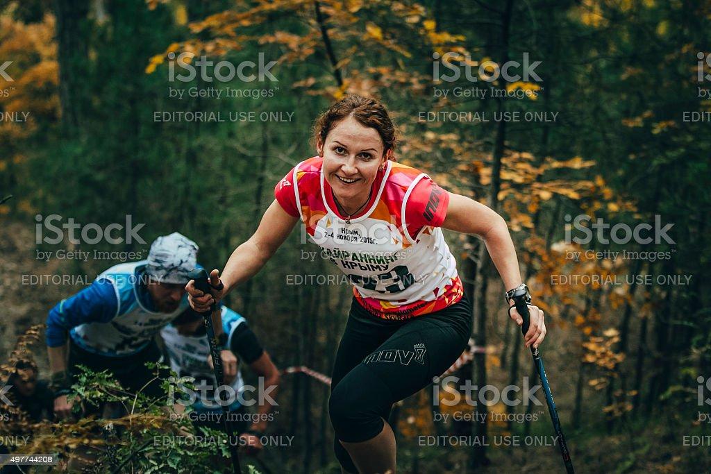 웃는 젊은 여자의 하이킹 스틱 royalty-free 스톡 사진