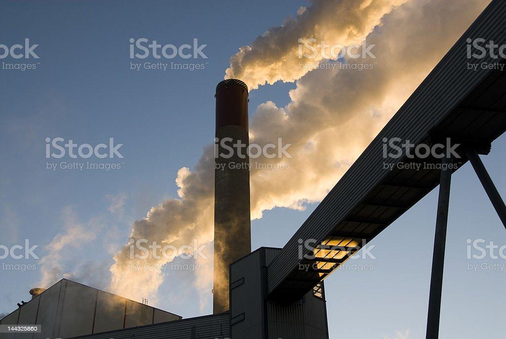 Humo de una chimenea foto de stock libre de derechos
