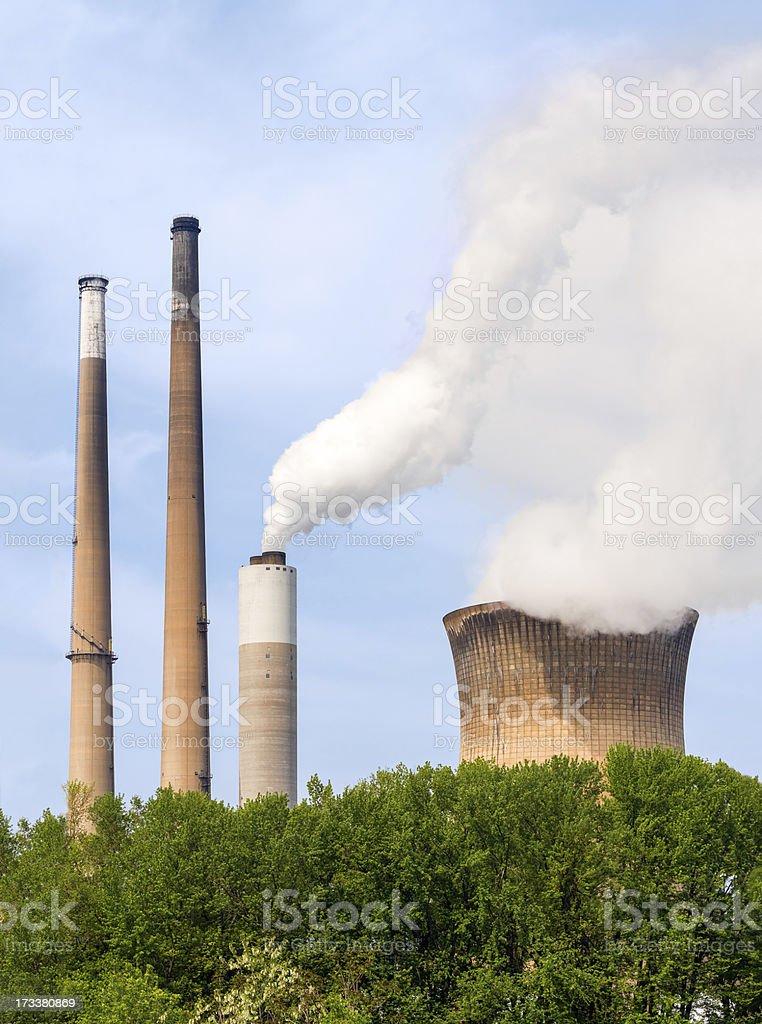 Fumo pile e torre di raffreddamento foto stock royalty-free