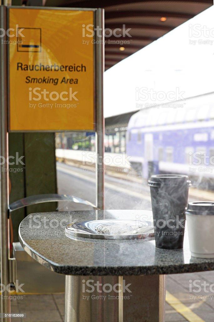 Raucher Bereich am Bahnhof stock photo