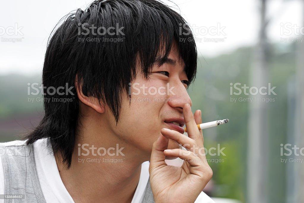 Japanische junger Mann Rauchen Lizenzfreies stock-foto