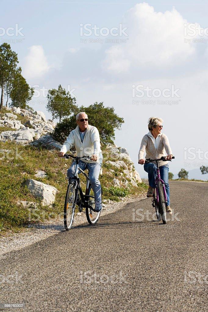séniors à vélo stock photo