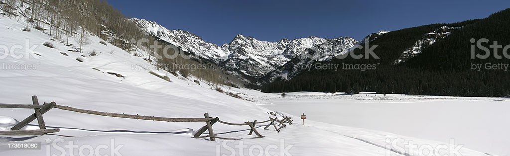 Montagnes enneigées et Split Clôture de perches photo libre de droits
