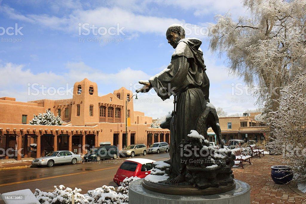 Neige couvertes St. Francis Statue pittoresque de Santa Fe, au Nouveau-Mexique photo libre de droits