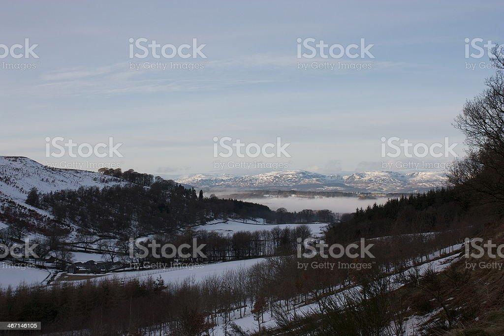 Cubierto de nieve farmland y a las montañas foto de stock libre de derechos