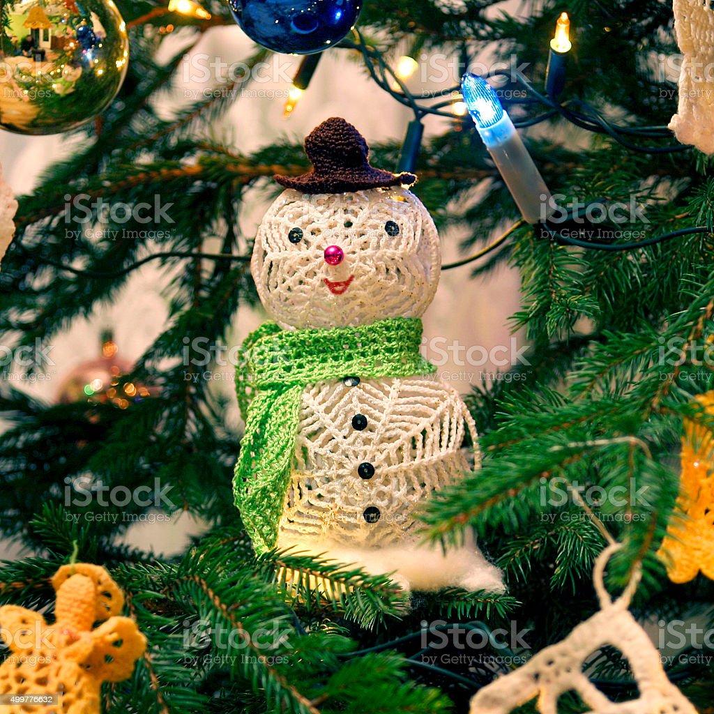 Boneco de neve e Natal decorações a árvore de Natal foto royalty-free