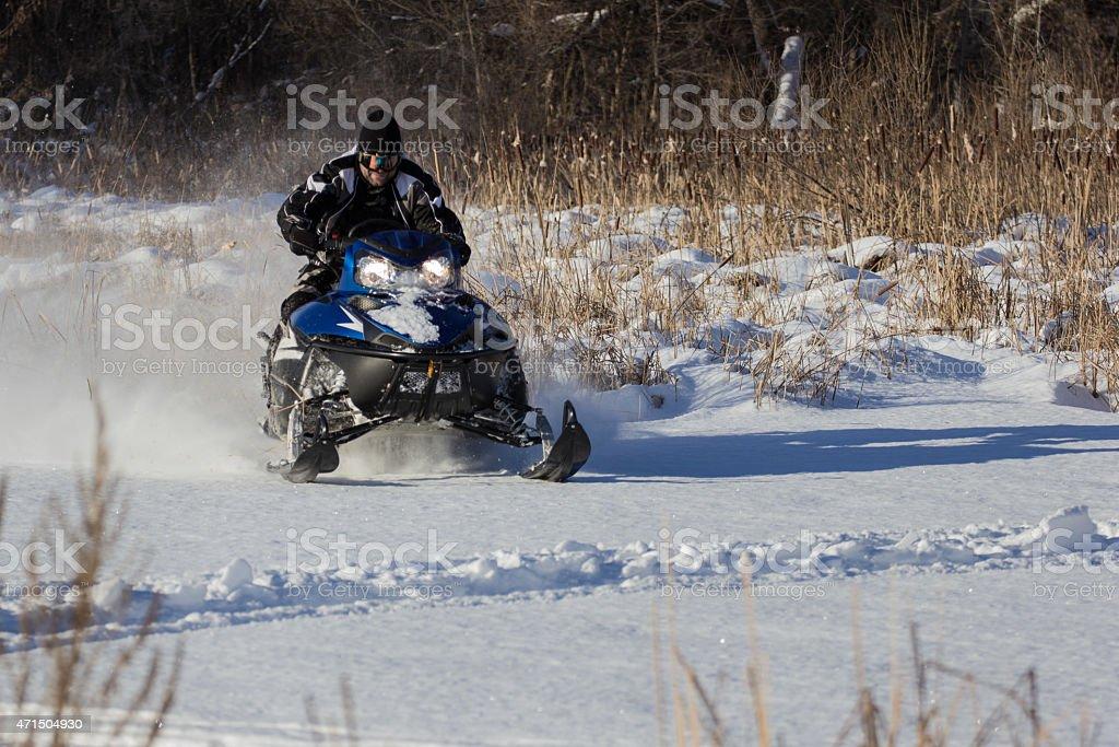 Snowmobile conducción foto de stock libre de derechos