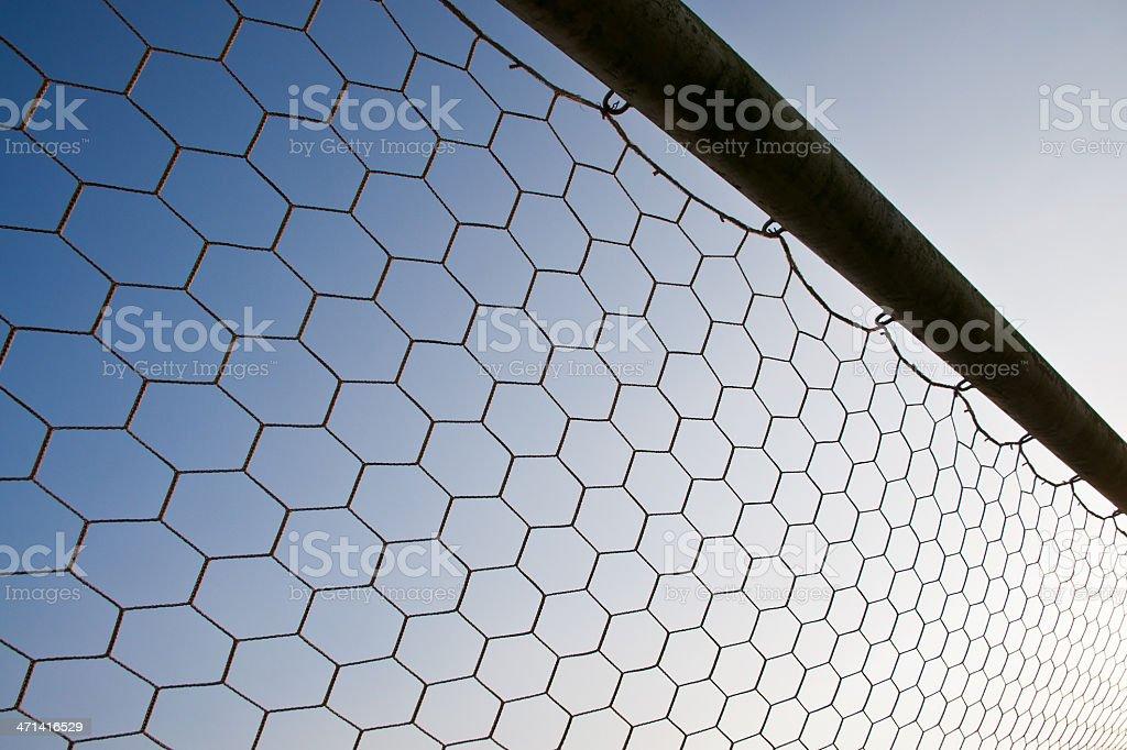 Piłki nożnej z netto na niebieski niebo w tle zbiór zdjęć royalty-free