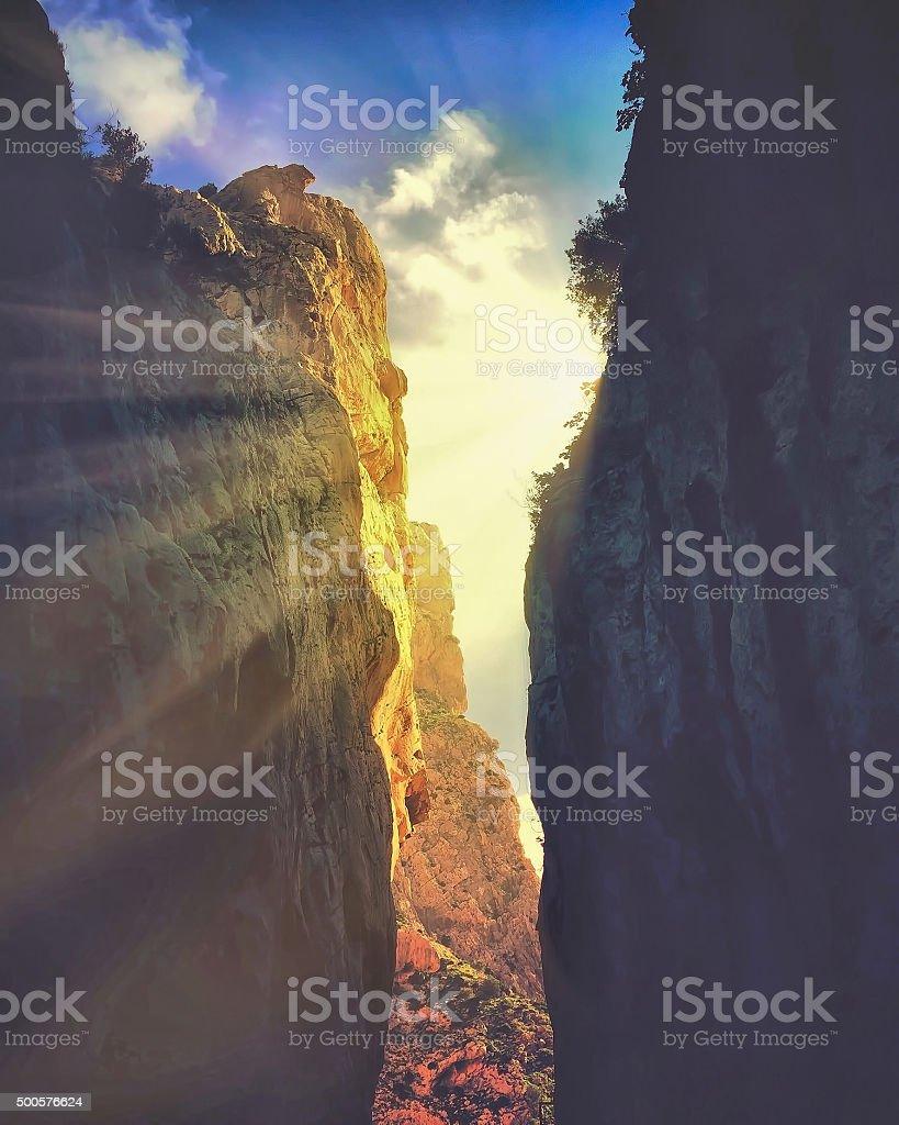 Sol entre las rocas stock photo