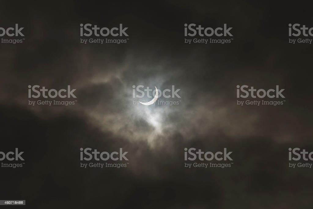 Eclissi solare marzo 2014 al moody nuvole foto stock royalty-free