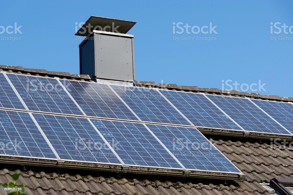 Solarenergietechnik auf dem Dach stock photo