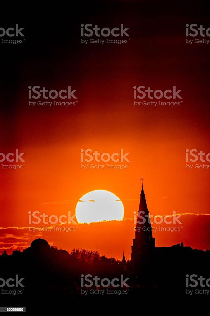 Soleil couchant et église stock photo