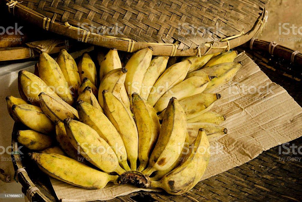 Alguns bananas em uma placa foto de stock royalty-free