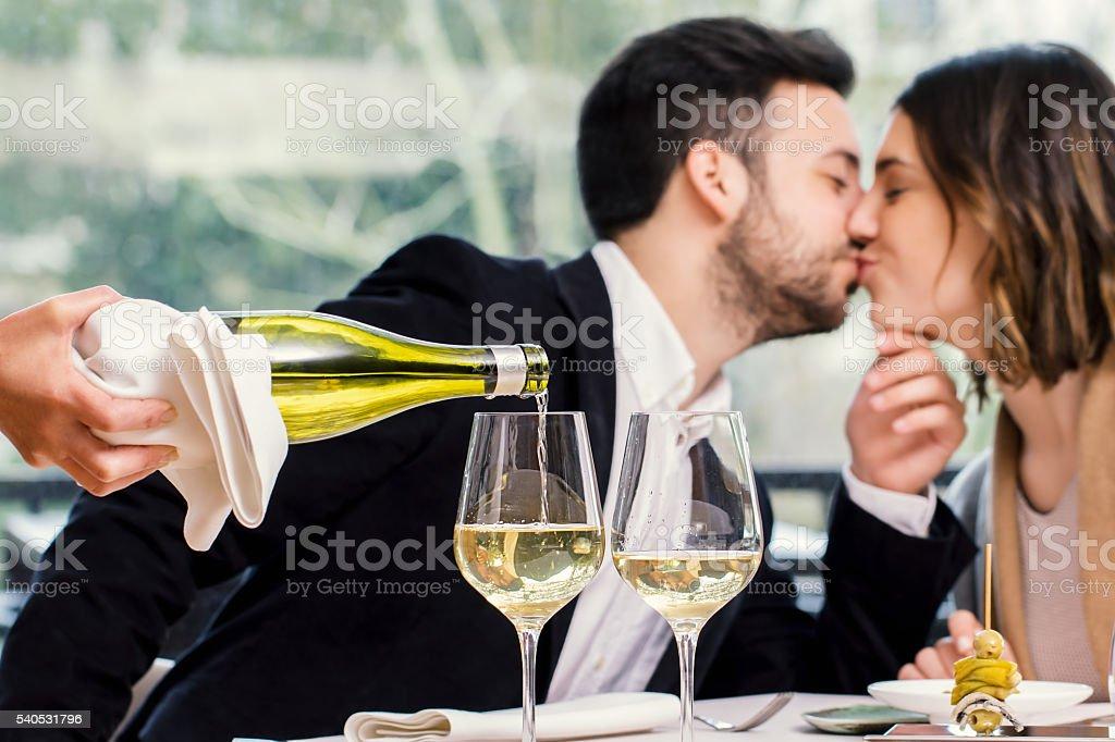 Sommelier vin offerte avec le baiser couple en arrière-plan. photo libre de droits