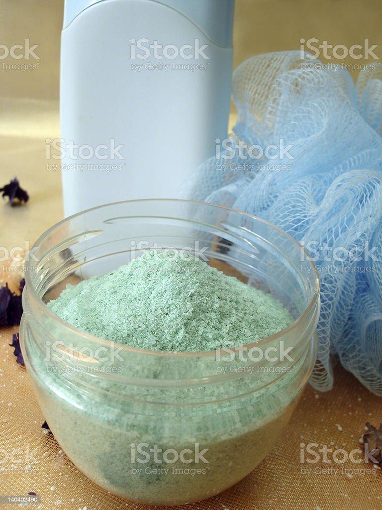 spa essentials (azul frasco com champô, sal e bast foto de stock royalty-free