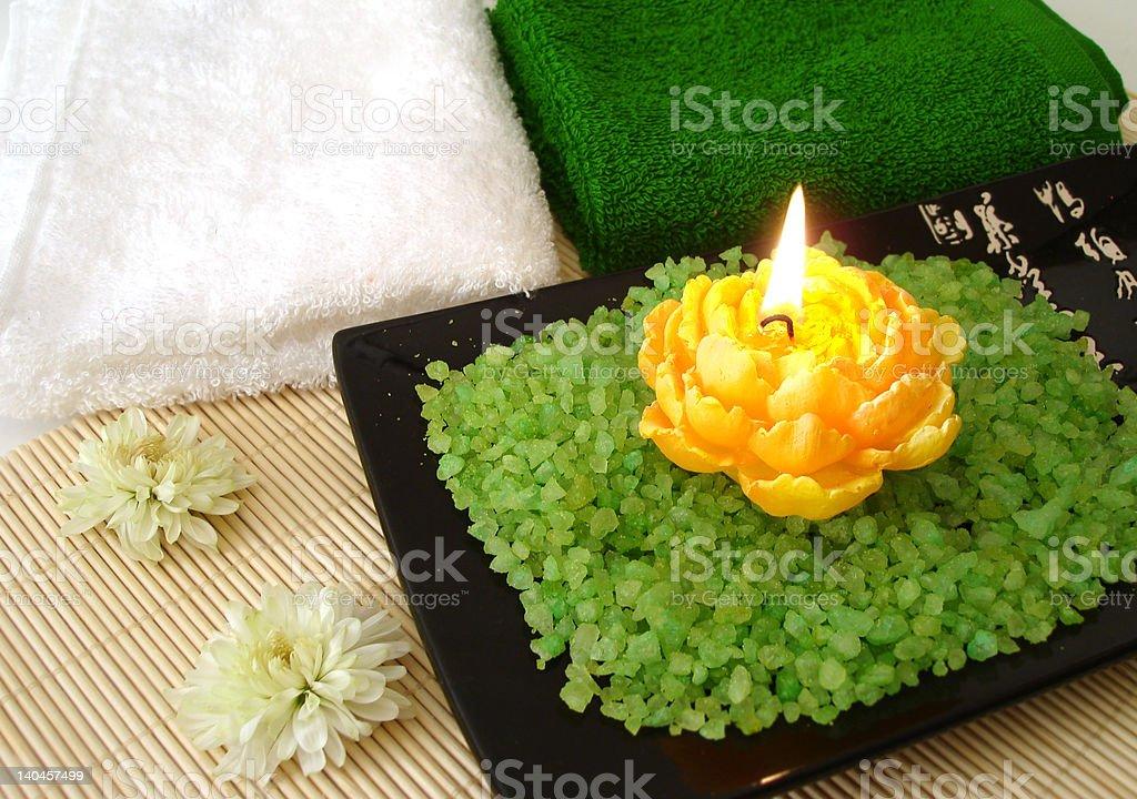 Spa essentials (de sal, toalhas, vela e flores foto de stock royalty-free