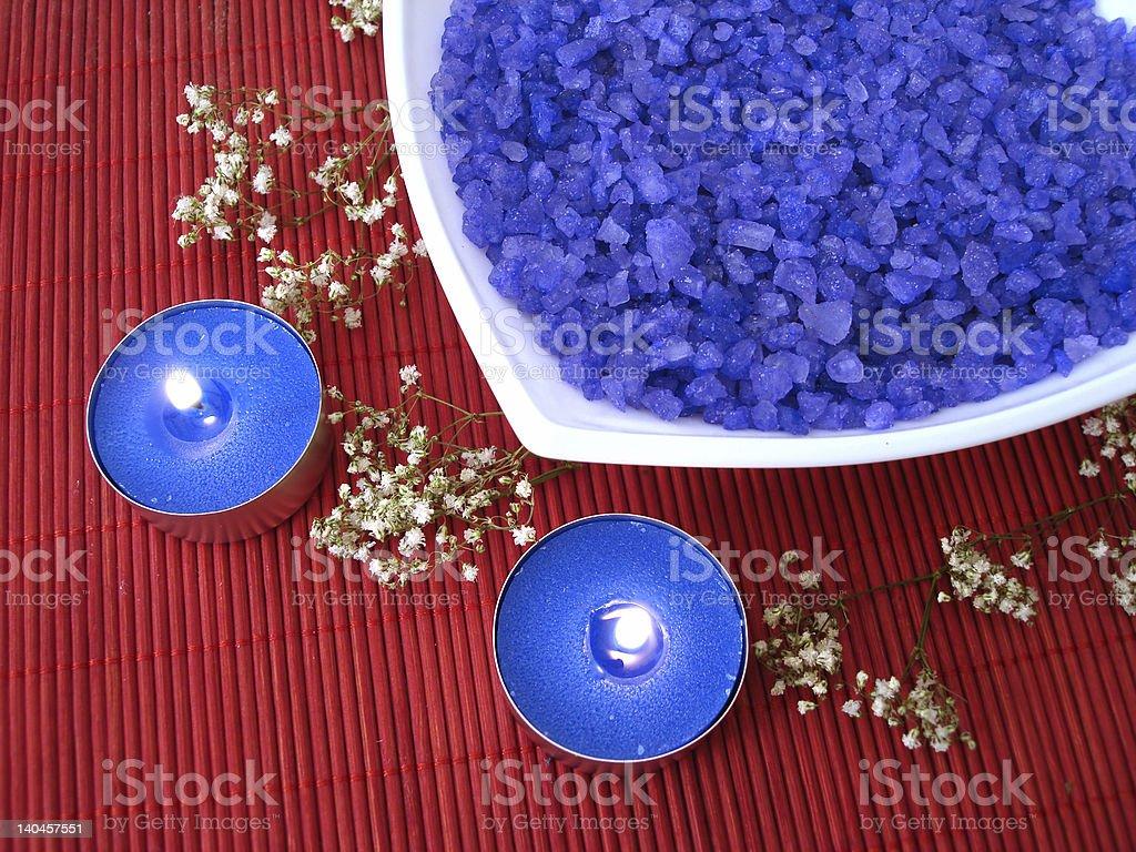 Spa essentials (azul sal, vela e flores foto de stock royalty-free