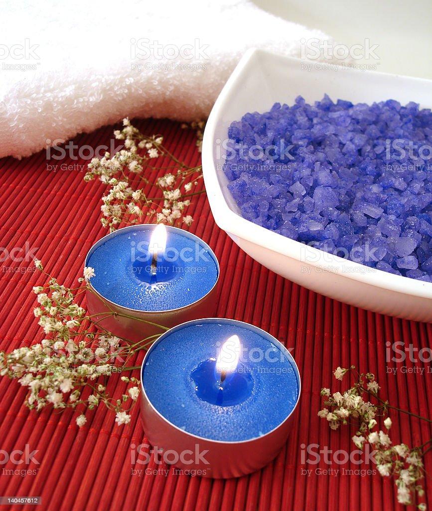 Spa essentials (azul sal, toalhas, vela e flores foto de stock royalty-free