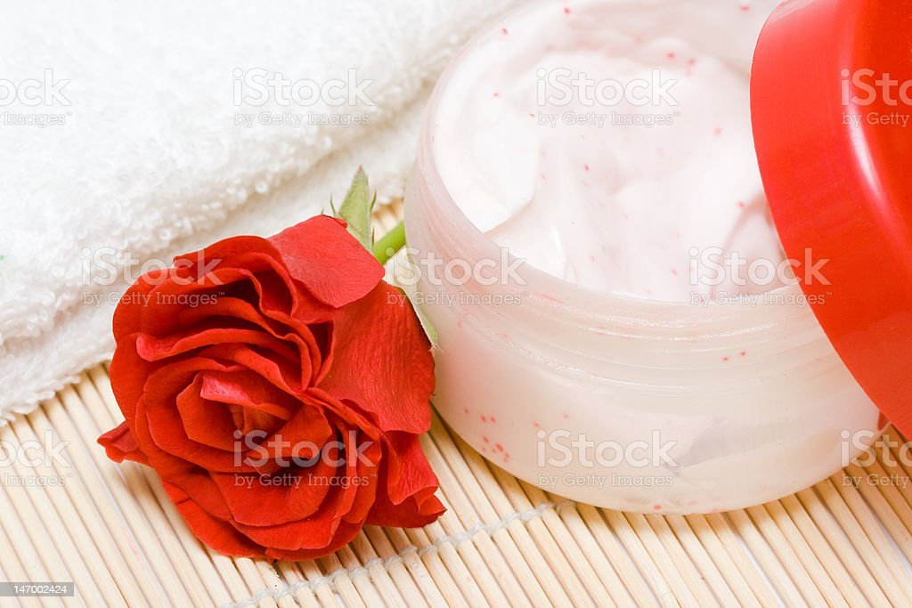 Spa essentials (creme, toalha branca e Rosa vermelha foto de stock royalty-free