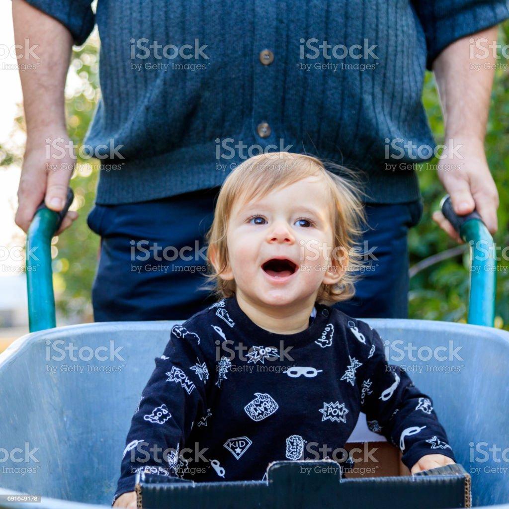Spaß in der Schubkarre stock photo