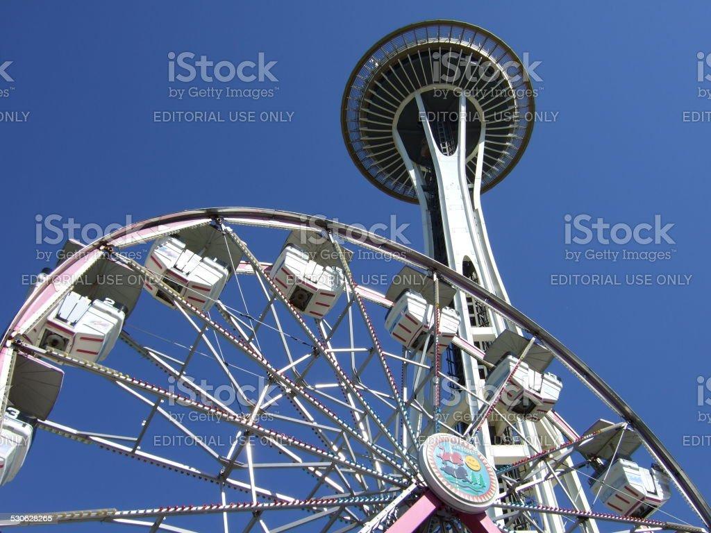 Space Needle y pequeñas Ferris wheel foto de stock libre de derechos