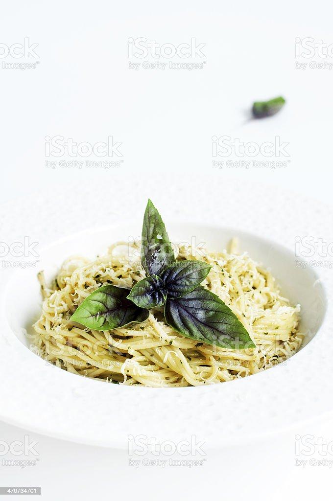 spaghetti avec la sauce au pesto photo libre de droits