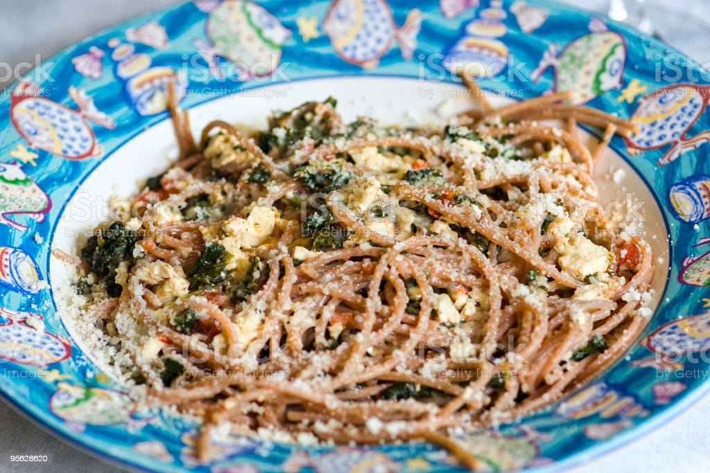 Spaghetti mit tofu, Käse und Spinat und frischen Tomaten. – Foto