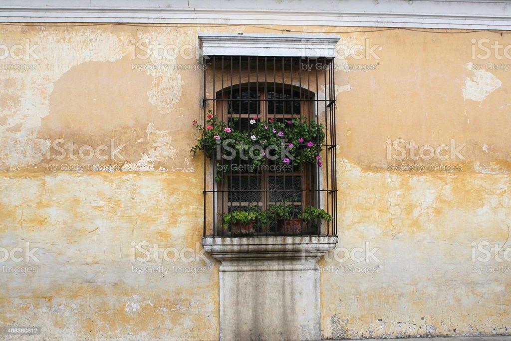 Испанский колониальный период, расположенный в желтый с потертостями стены Стоковые фото Стоковая фотография