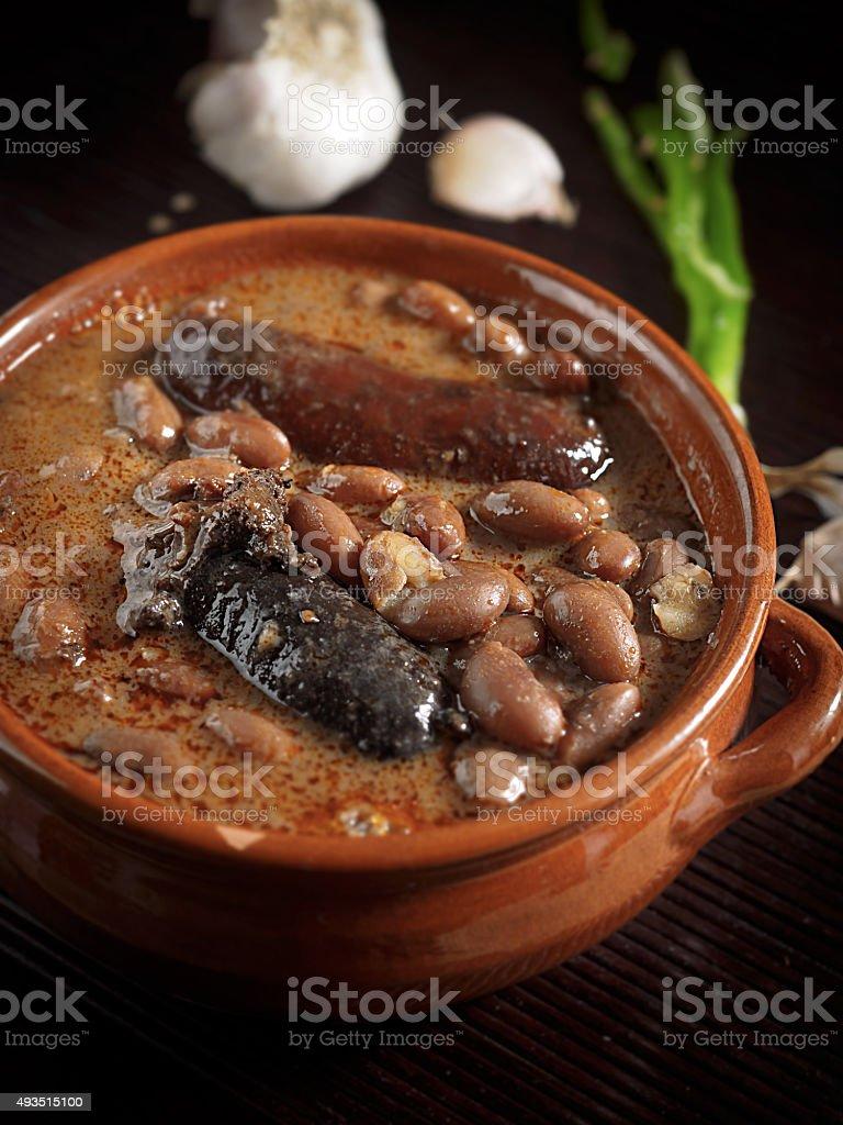 Espanhol fabada com morcela e salsicha em Louça de Barro foto royalty-free
