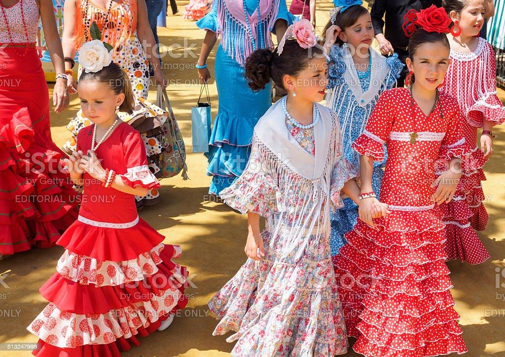 Garotas em traje tradicional espanhola caminhada da Feira de Sevilha foto royalty-free