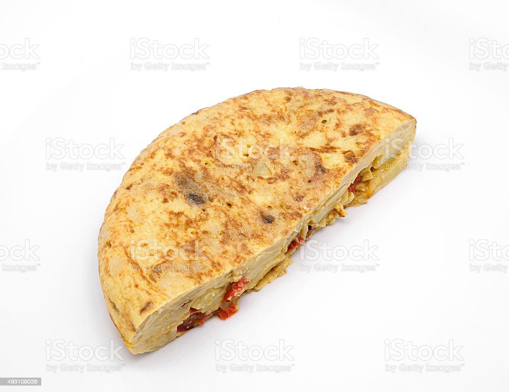 Omelete espanhol com azeite de oliva e pimenta vermelha isolada foto royalty-free