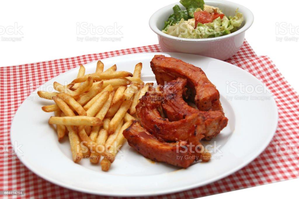 Spare ribs mit Pommes und Salat stock photo