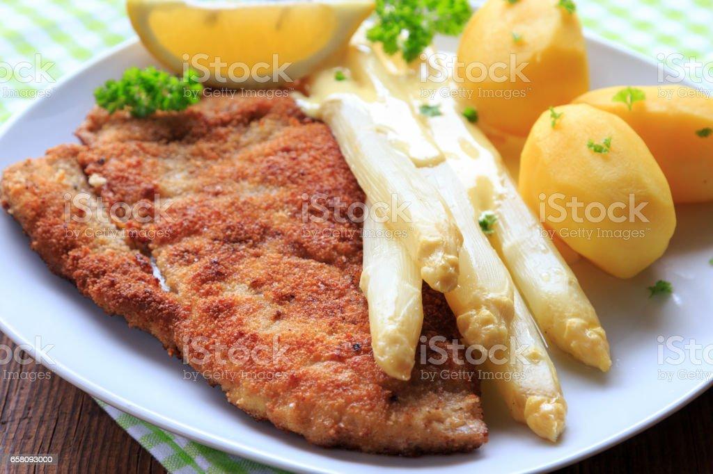 Spargel mit Schnitzel und Salzkartoffeln stock photo