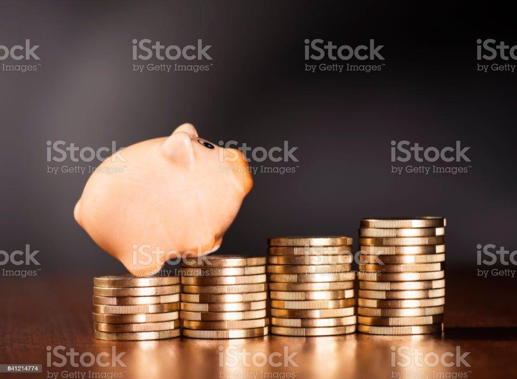 Sparschwein und Münzen stock photo