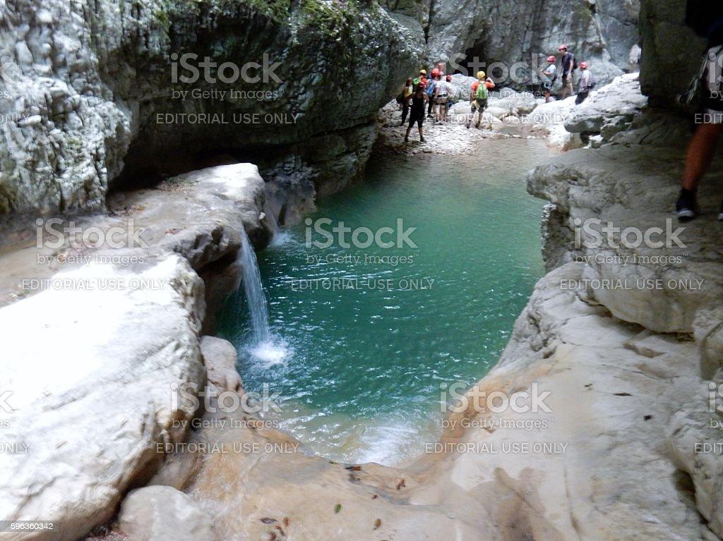 Specchio d'acqua con cascata stock photo