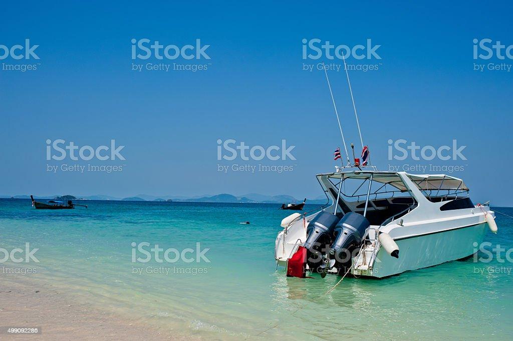 Prędkość łodzi na plaży Wyspy Phuket w Tajlandii zbiór zdjęć royalty-free