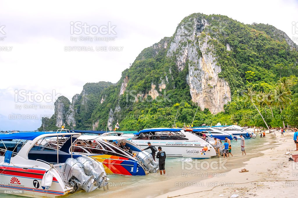 Velocidade barcos e de espera para motoristas para turistas na praia. foto royalty-free