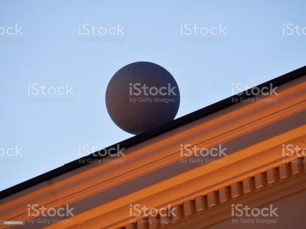 Sfera sul cornicione stock photo