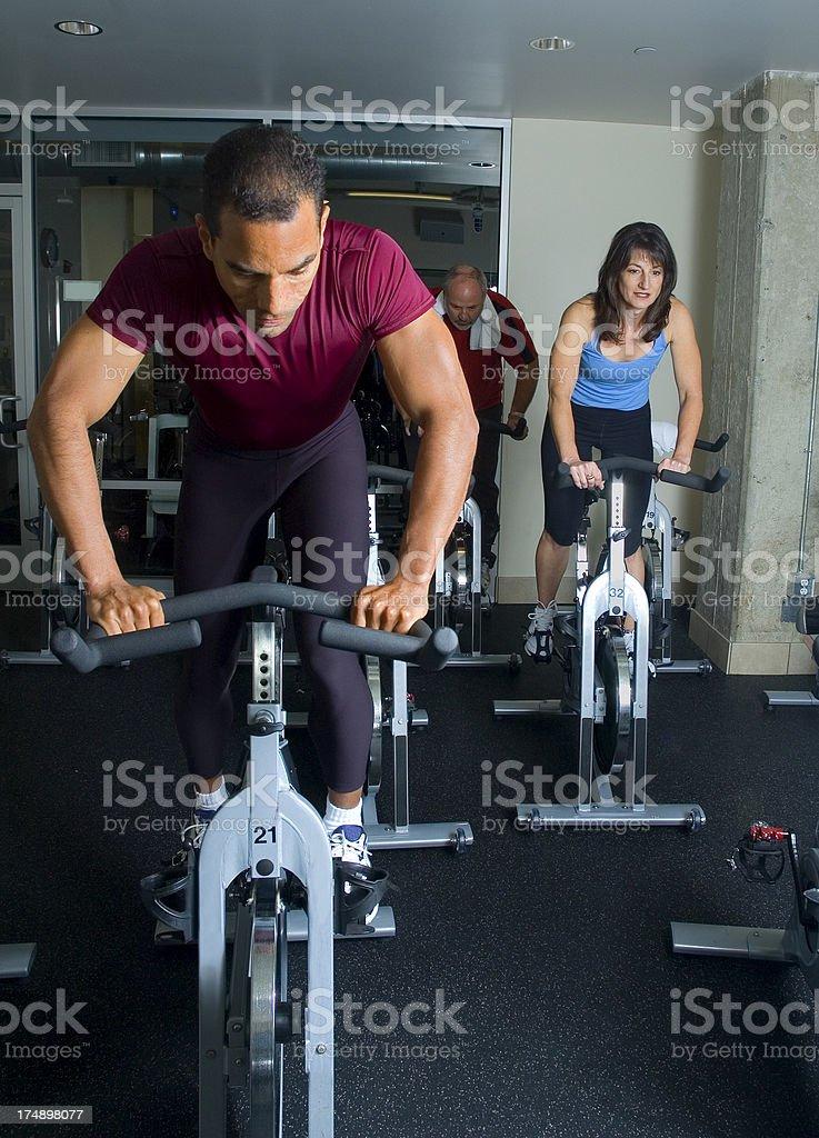 Lezione di Spinning ciclismo formazione foto stock royalty-free