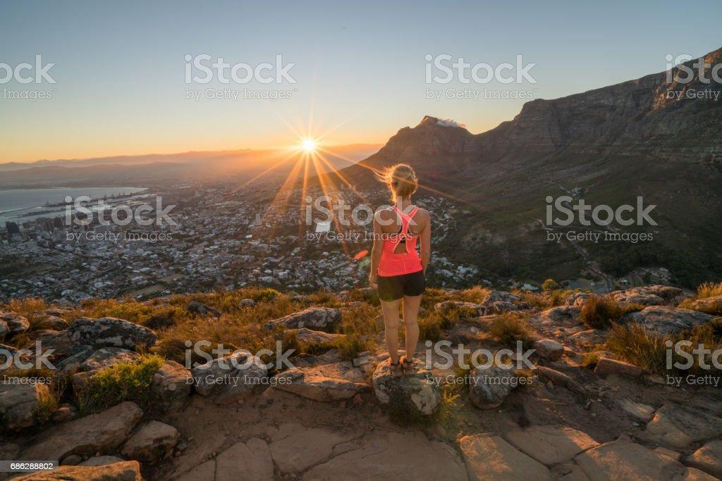 Sportliche junge Frau, die Betrachtung der Sonnenaufgang vom Berg – Foto