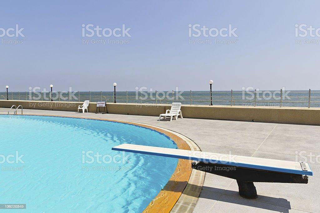Trampolino sulla piscina foto stock royalty-free