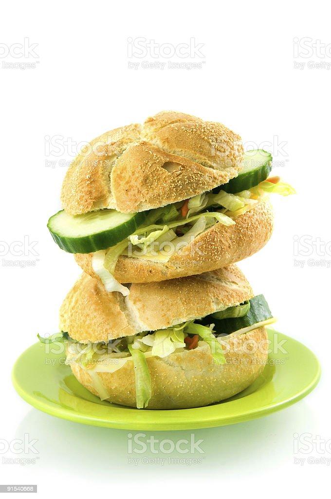 Pile de sandwichs sur plaque vert photo libre de droits