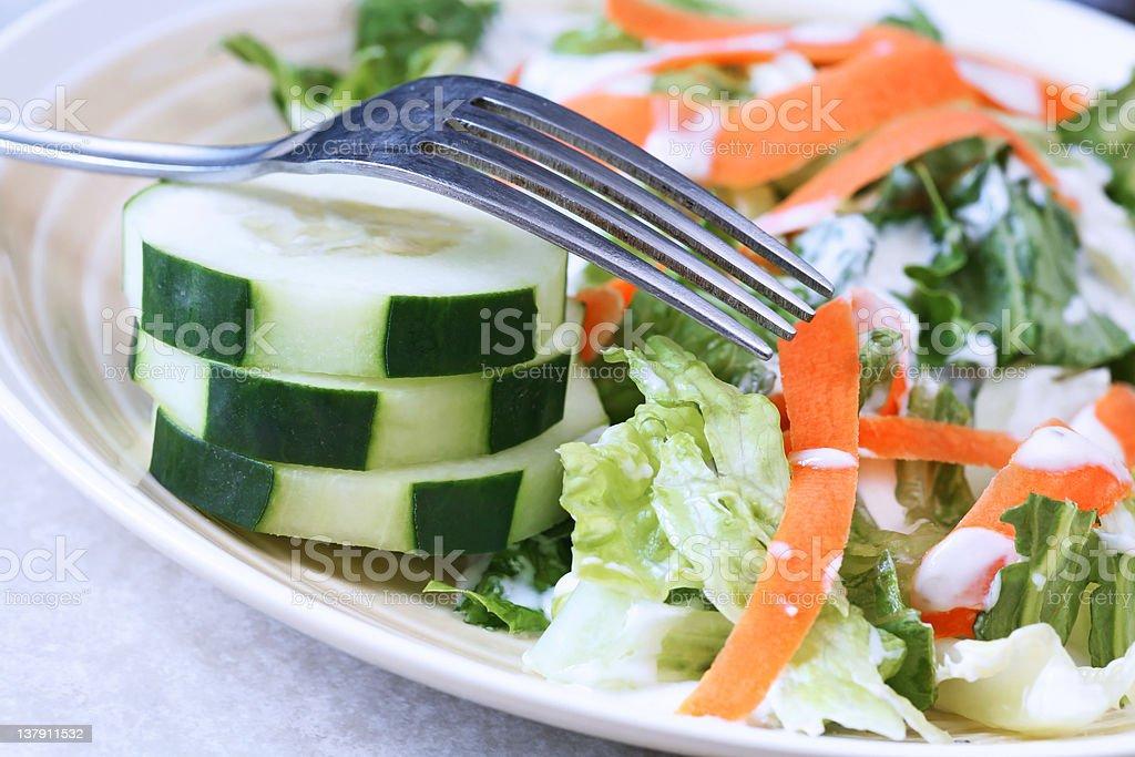Empilhada com salada de pepino foto royalty-free
