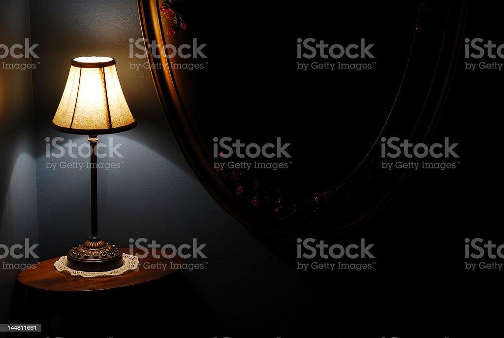 Escada Landing noite, luminária, mesa e espelho de parede antigo foto royalty-free