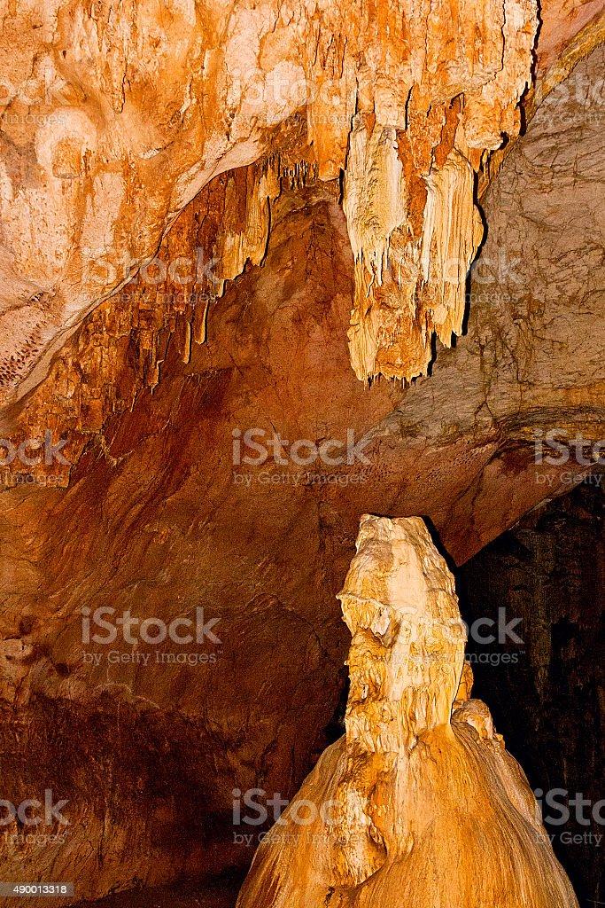 Estalactita y estalagmita formaciones en la pared de undergrou foto de stock libre de derechos