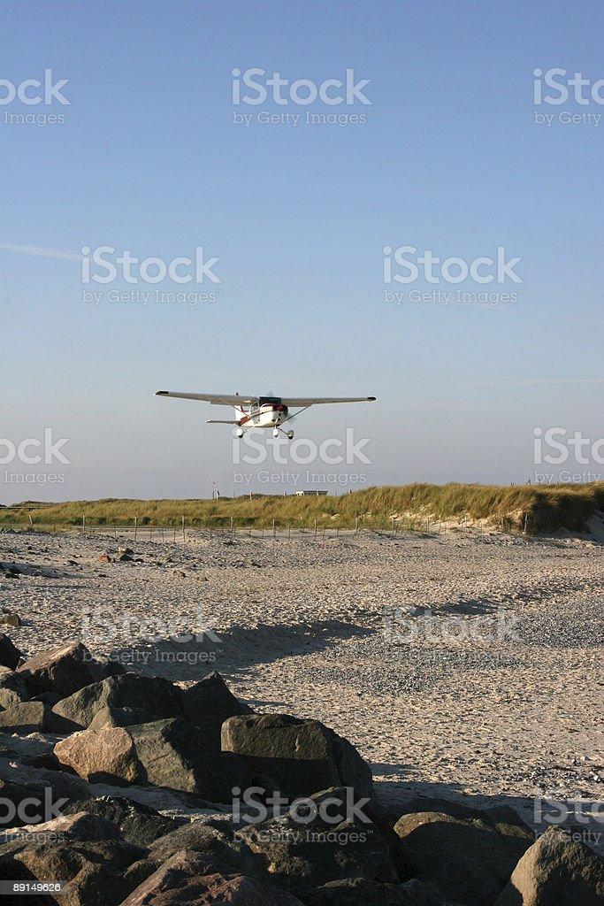 Startendes Flugzeug ?ber dem Strand am Flugplatz D?ne (Helgoland) stock photo