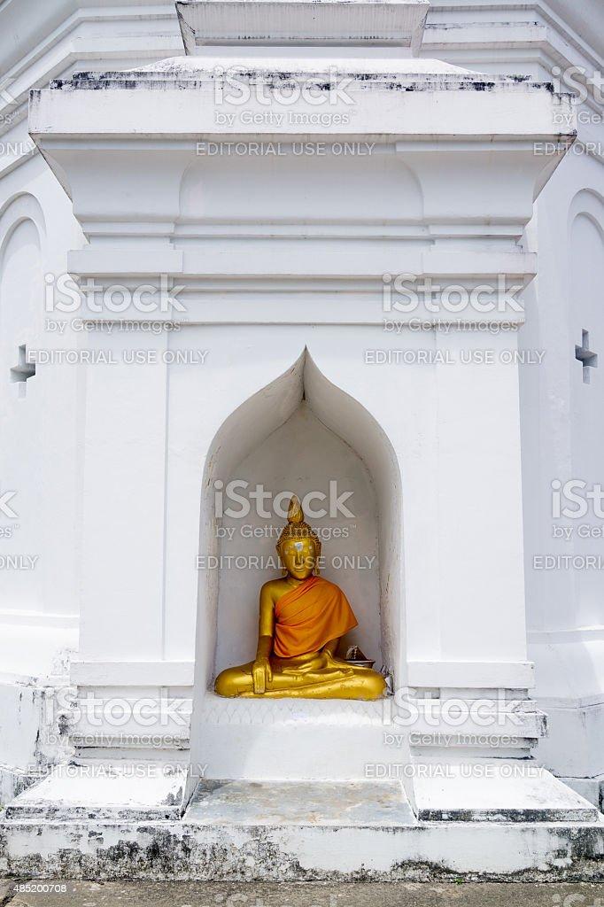 Statue de Bouddha assis à la base de la pagode blanche. photo libre de droits