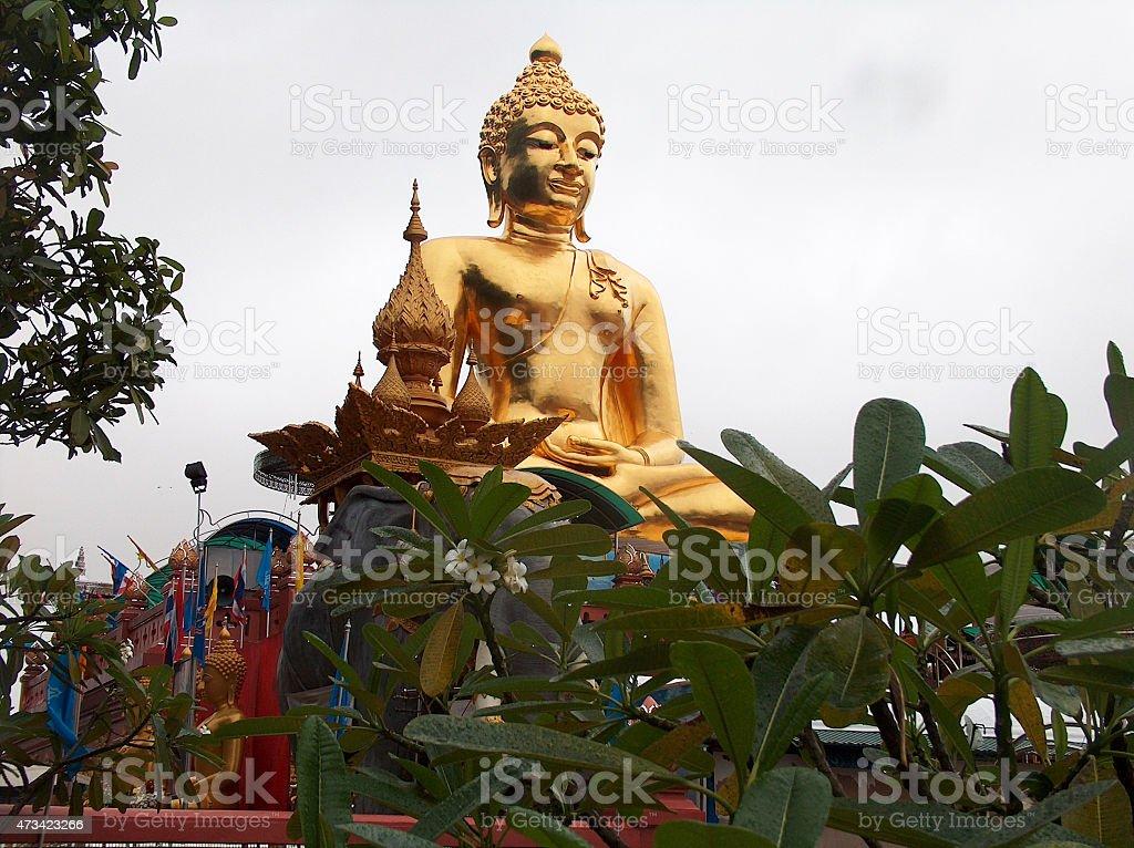 Estatua de Buda dorado en triángulo de oro en Tailandia foto de stock libre de derechos