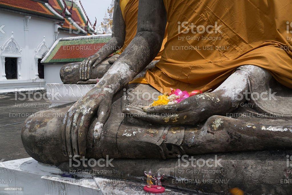 Statues de Bouddha de repos avec des fleurs dans leurs mains photo libre de droits