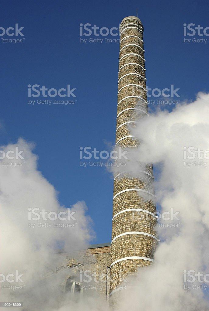 Vapeur nuages et ancienne usine de cheminée photo libre de droits